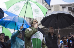 """A pesar del mal clima, distintos sindicatos de la Ciudad de Buenos Aires cortaron las calles desde temprano y confluyeron horas más tarde en una nutrida movilización hacia la Legislatura contra el """"ajuste"""" de Horacio Rodríguez Larreta."""