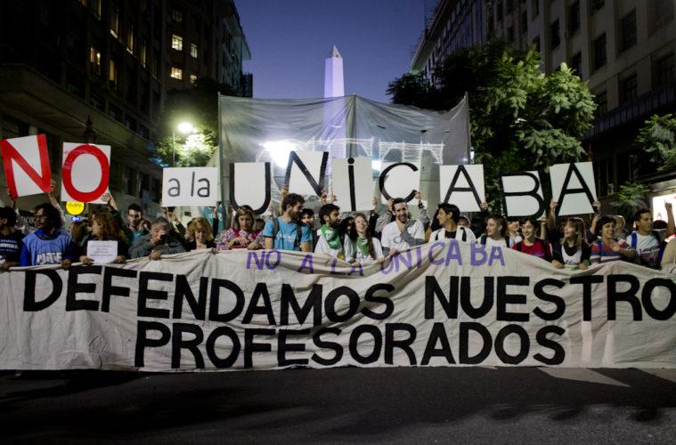 Una nutrida columna de estudiantes y docentes copó el centro porteño para reclamar al Ejecutivo que no se cierren los 29 profesorados de la Ciudad de Buenos Aires, lo que sucedería de aprobarse el proyecto de la UniCABA.